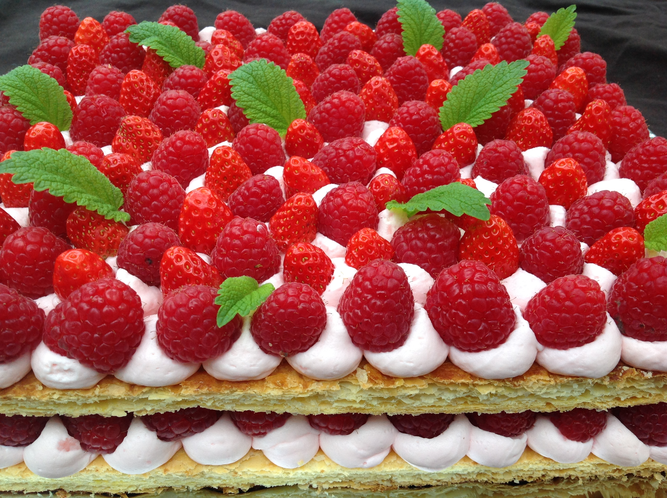 Dessert traiteur Mangez Moi : mille feuilles framboises, crème à la rose, sur commande